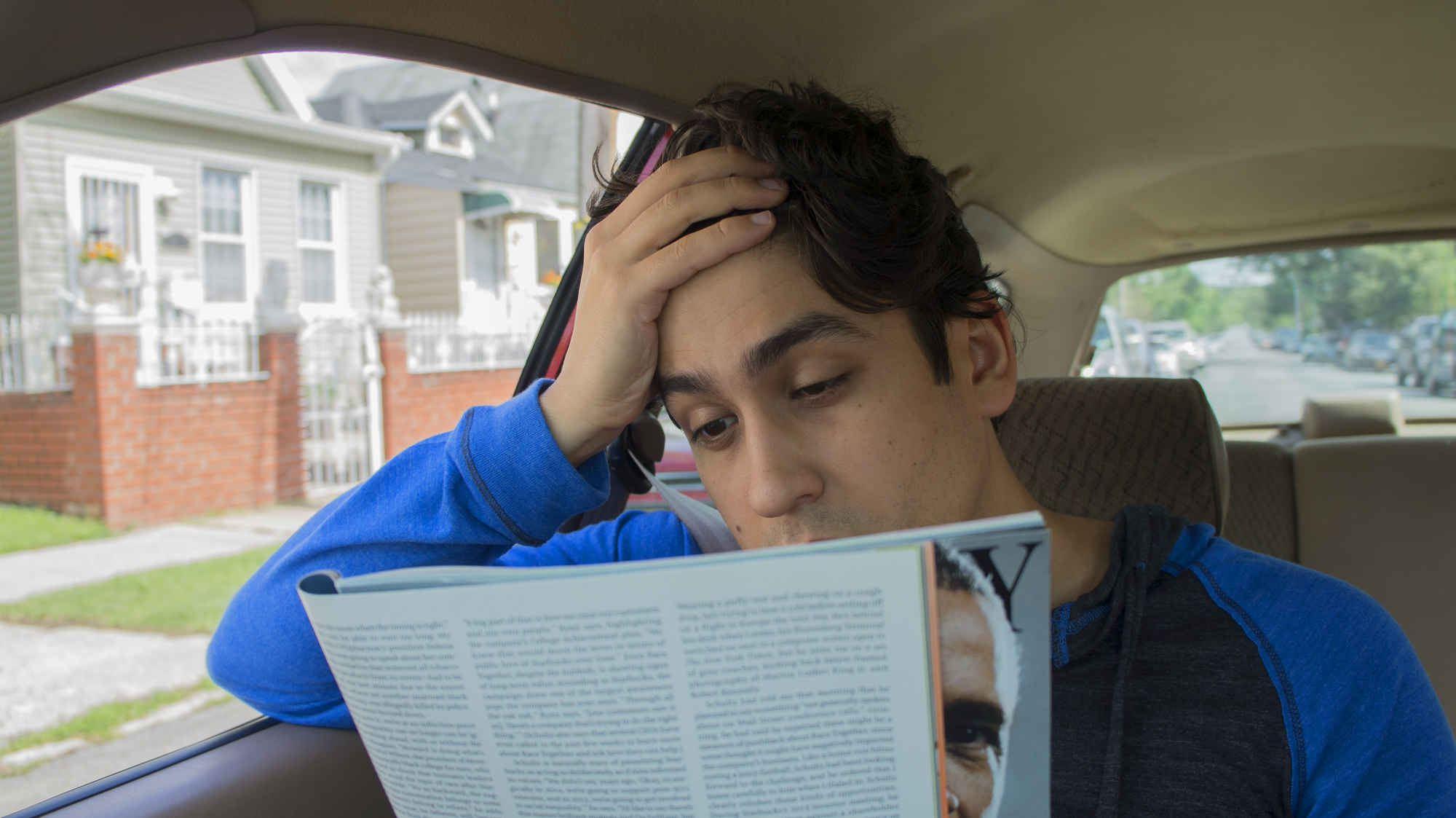 Đọc sách trên xe là thói quen xấu gây hại cho mắt
